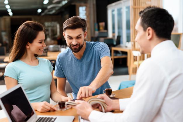 Empresas que se destacam no up selling são eficazes para ajudar os clientes a visualizar o valor que obterão ao solicitar um item com preço mais alto.