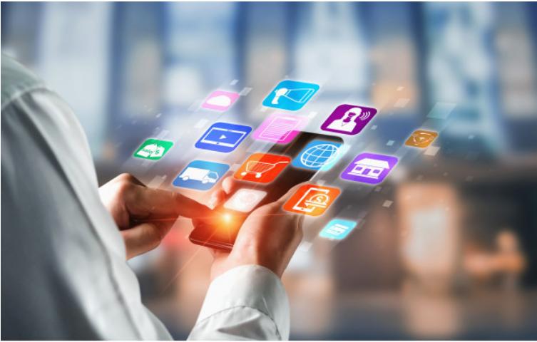 imagem de uma pessoa mexendo no celular e aplicativos aparecem em sua tela