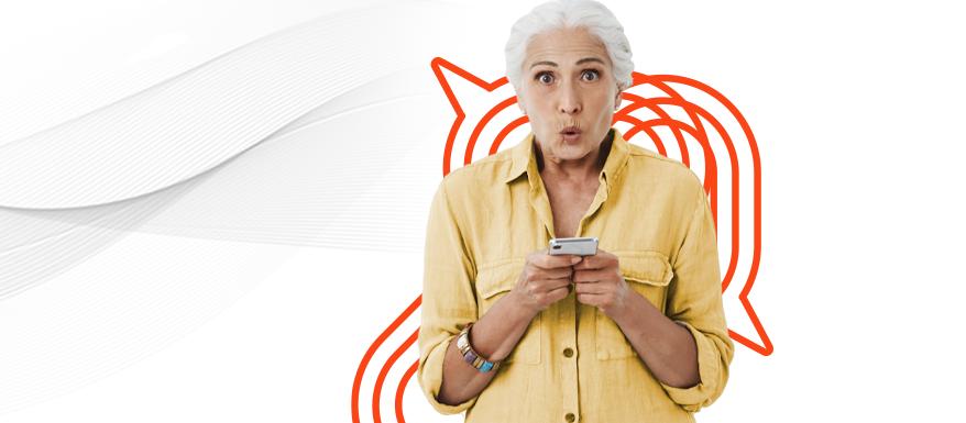 Mulher empreendedora de cabelos brancos segurando um celular e se preparando para a black friday 2021.