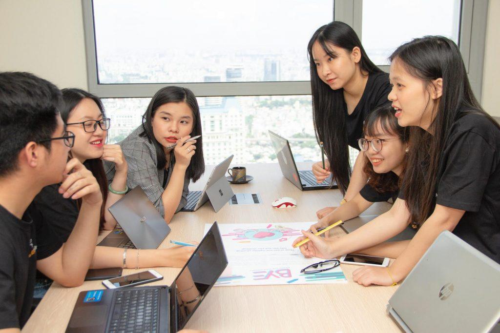 Imagem mostrando pessoas discutindo algum assunto em volta de uma mesa de reunião