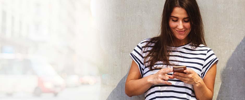 mulher vendo celular