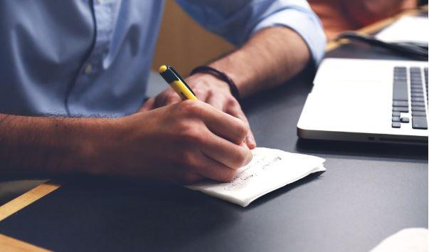 homem anotando informações relevantes sobre workflow