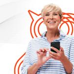 Mulher loira usando o celular para descobrir o que é opt-in.