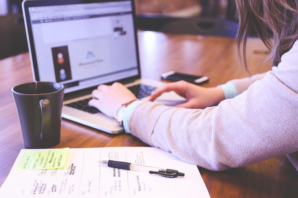mulher aprendendo sobre fidelização de clientes através do e-mail marketing