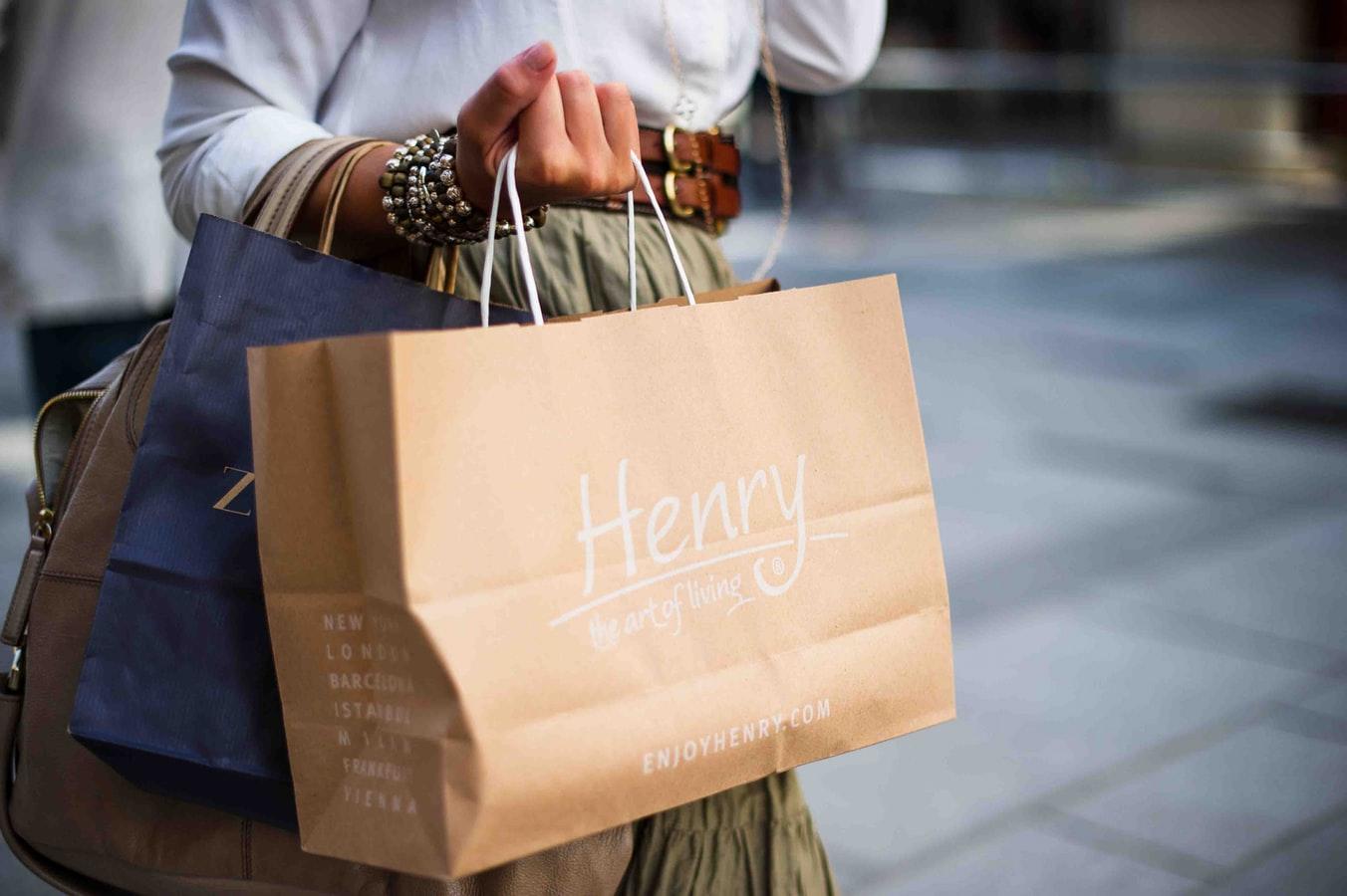 mulher carregando sacolas depois de fazer compras na black friday