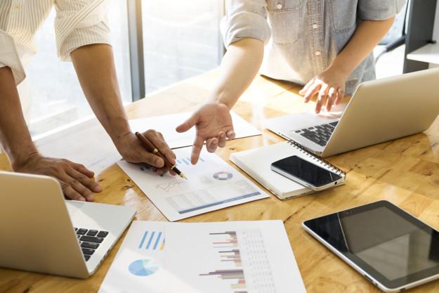 A imagem apresenta um grupo de pessoas discutindo a melhor maneira de coletar dados para impulsionar a jornada do cliente.