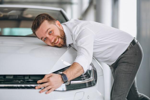 A imagem apresenta um cliente muito feliz com a realização de um carro, representando como a jornada do cliente deve ser idealmente.