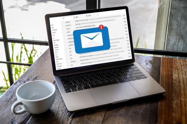 Na imagem, temos um laptop aberto com um e-mail.