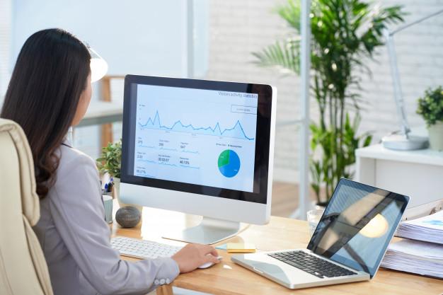 Uma profissional de marketing analisando o churn do mês em uma plataforma de análise de dados.