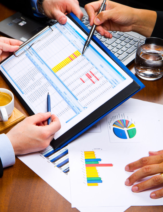 Uma tabela com gráficos apresenta o churn da empresa.