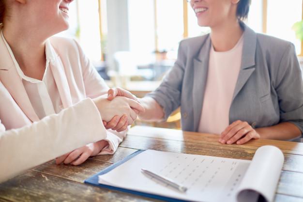 A imagem apresenta um representante de uma empresa falando com seu cliente, trabalhando o relacionamento para evitar o churn.