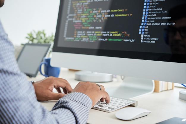 Um programador trabalhando com API