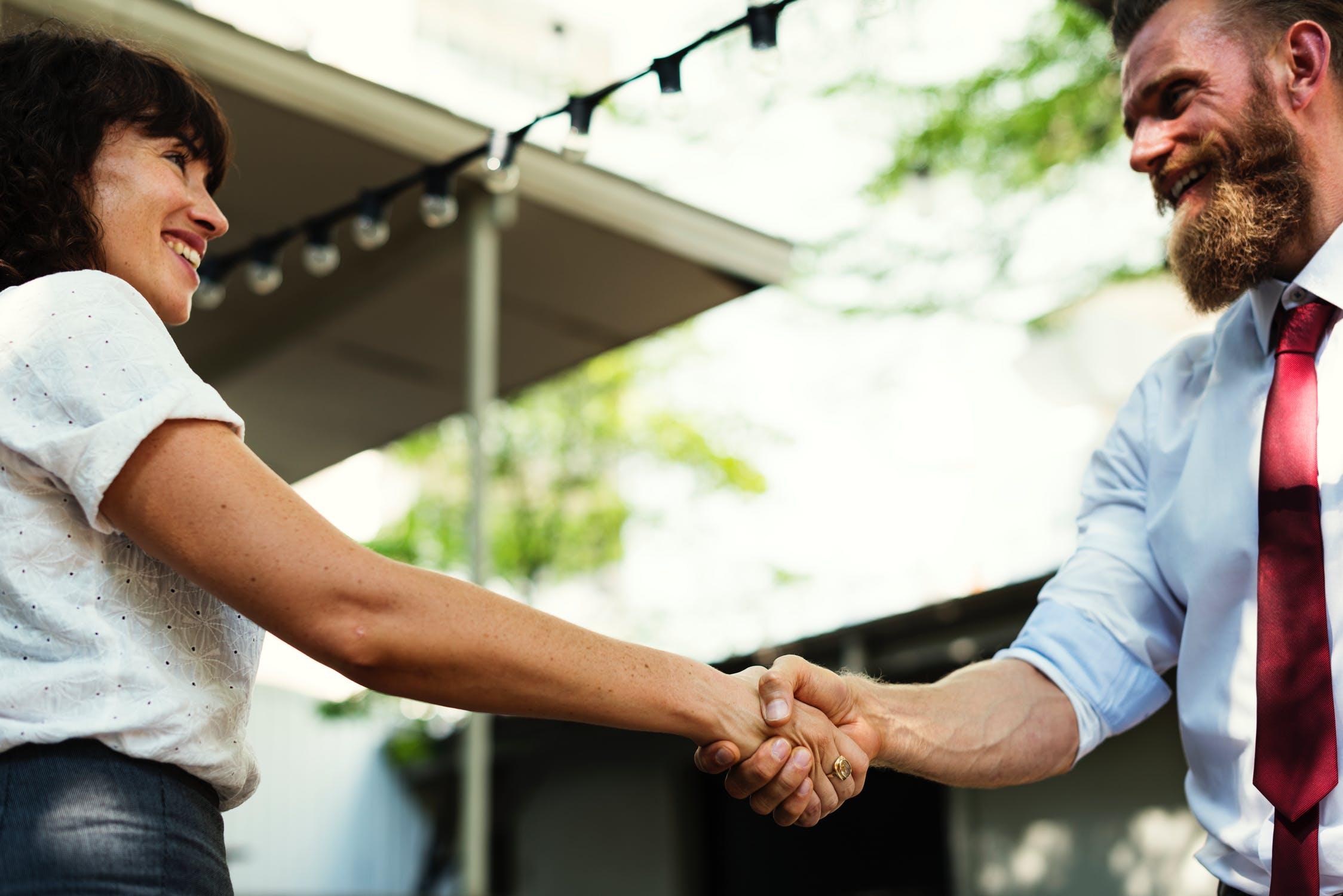 A imagem apresenta um grupo de pessoas interagindo, para representar o bom relacionamento necessário ao aprender como fazer marketing digital.