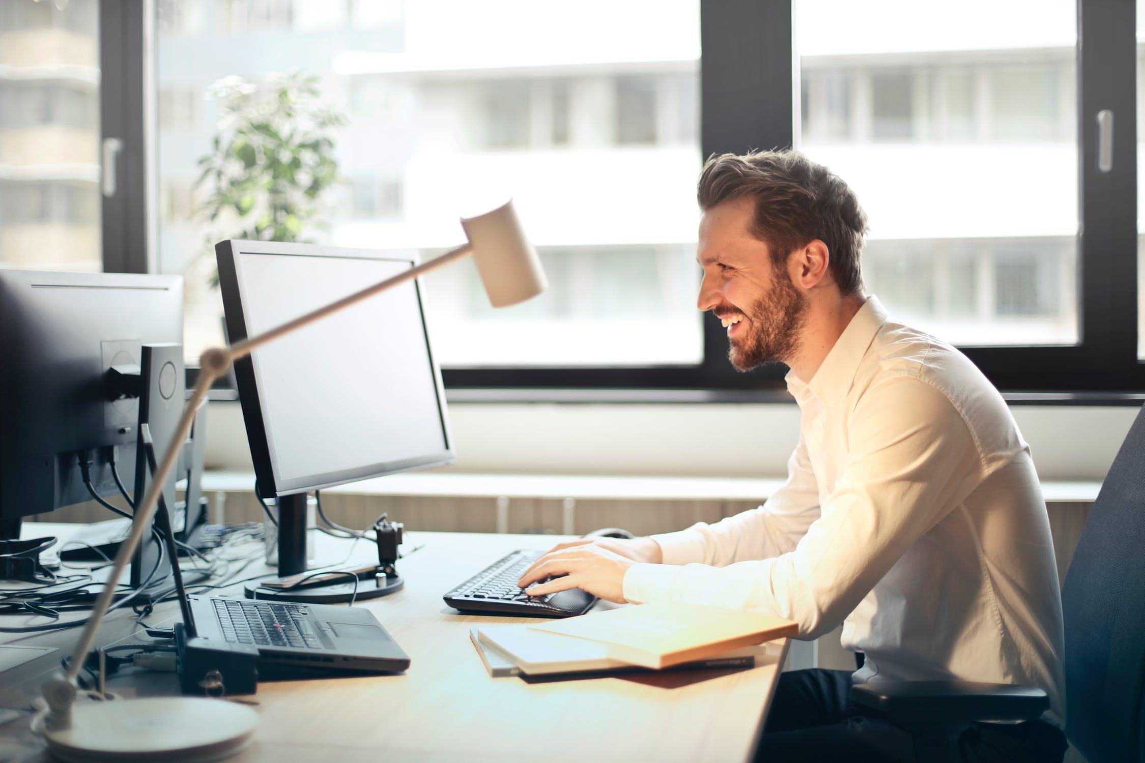 A imagem apresenta um homem aprendendo como fazer marketing digital.