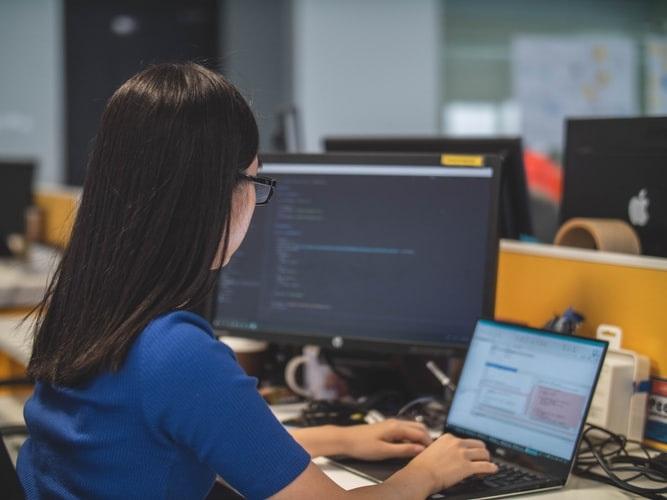 Uma programadora aplicando uma API em seu website.