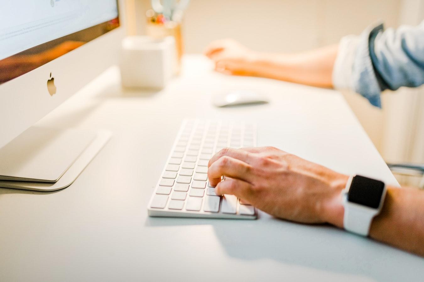 Uma pessoa acessando o instagram shopping pelo computador.