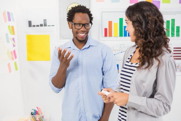 A imagem apresenta um profissional de marketing ensinando para uma funcionária o que é churn.
