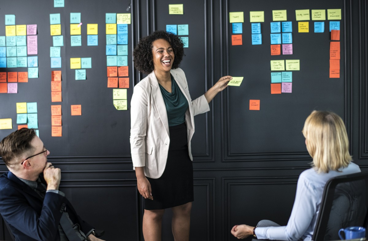 Na imagem, uma funcionária da empresa representa uma stakeholder.