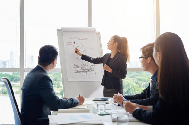 Uma stakeholder em uma reunião da empresa.