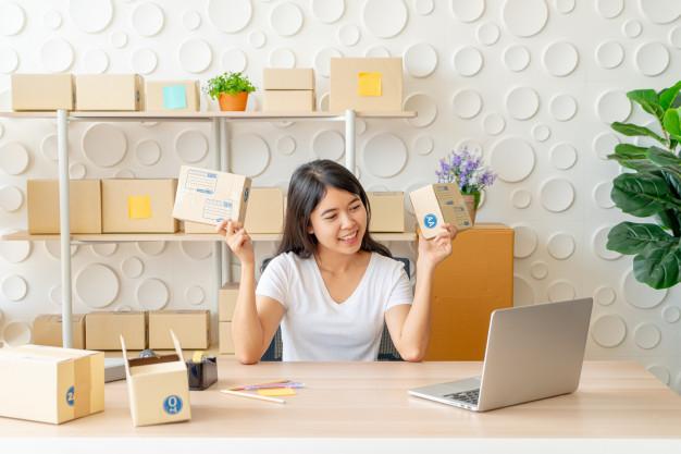 Na imagem, uma mulher prepara embalagens personalizadas para oferecer uma experiência melhor ao cliente, pensando no marketing multicanal.