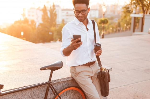 Um rapaz sendo impactado pelo sms marketing