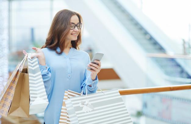 Uma muher avaliando o NPS de uma marca através de sms marketing.
