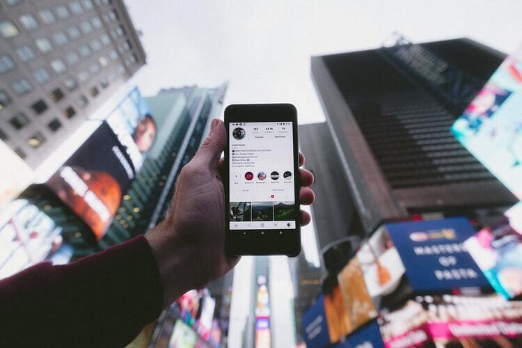 A imagem apresenta um smartphone representando um usuário sendo impactado pelo marketing multicanal.
