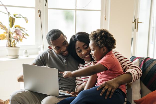 Uma família no dia das mães sendo impactada por campanhas de marketing em um computador.