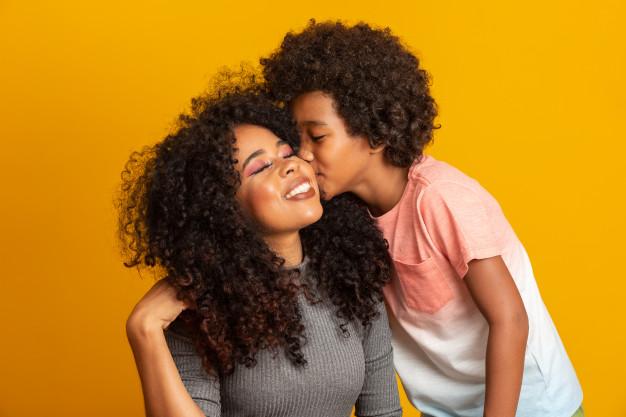 Mãe e filha sendo impactadas pelo dia das mães