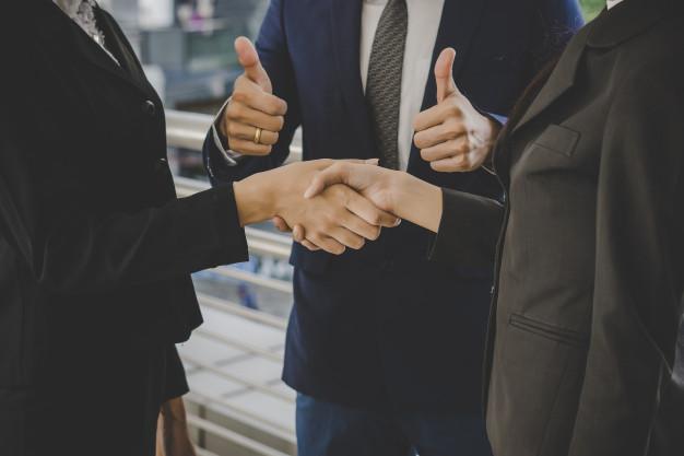 Mão apertadas, simulando um negócio fechado ou sucesso.