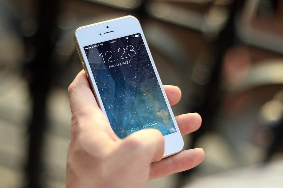 Mão masculinas segurando um celular