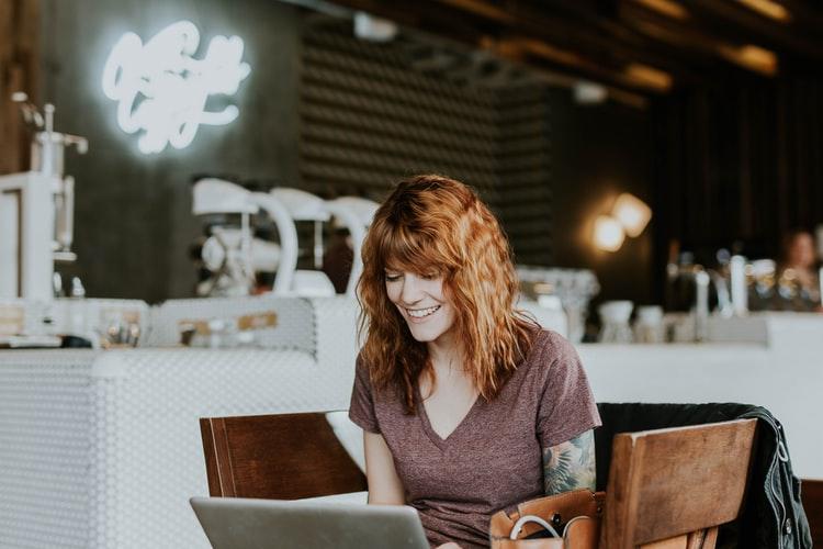 Mulher mexendo em computador