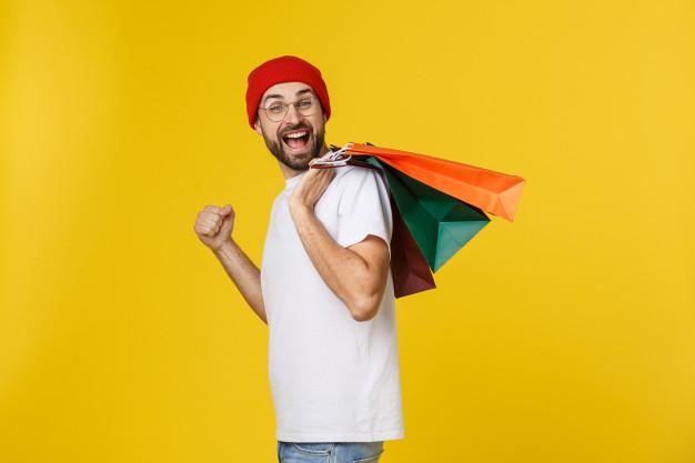 Homens com sacolas de compras nas costas