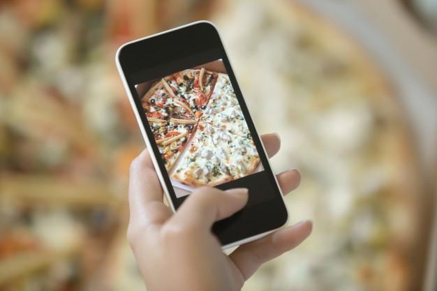 O varejo alimentício acaba tendo suas vantagens, seja em usos de push notifications em horários estratégicos através dos apps de entrega ou até mesmo pela necessidade do público, que certamente não deixa de comer.