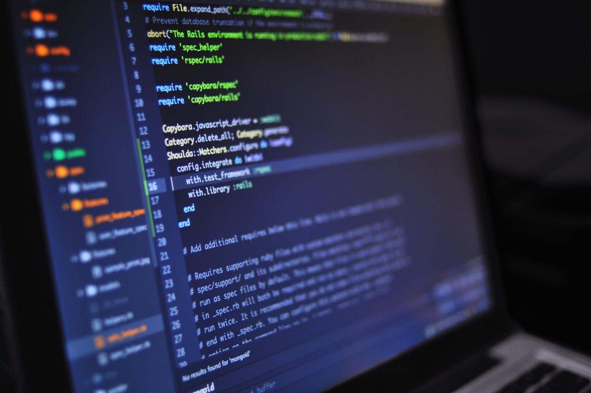 Imagem de uma tela de computador com fundo azul escuro e linhas de código, mostrando dados estruturados