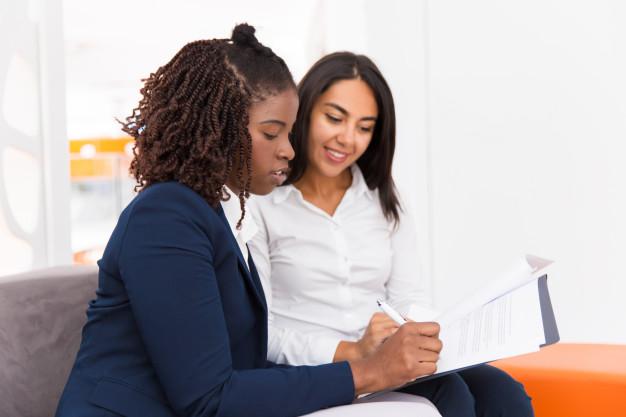 imagem de duas mulheres, mostrando a importância de um especialista em project management