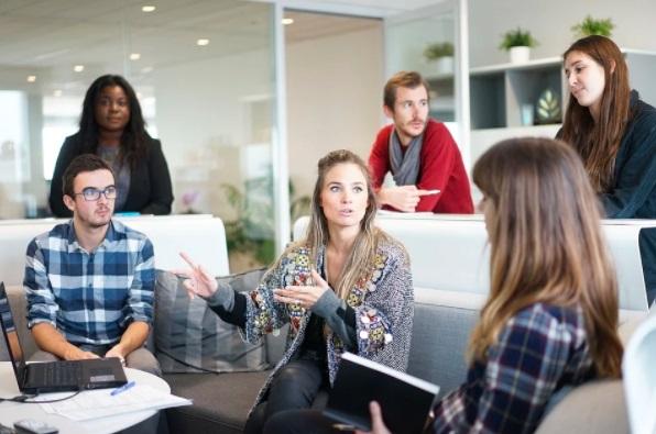 Líder argumentando para o time de trabalho sobre a importância de recuperar Usuário inativo.