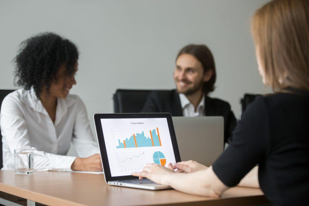 Imagem de uma equipe de inside sales analisando os resultados obtidos