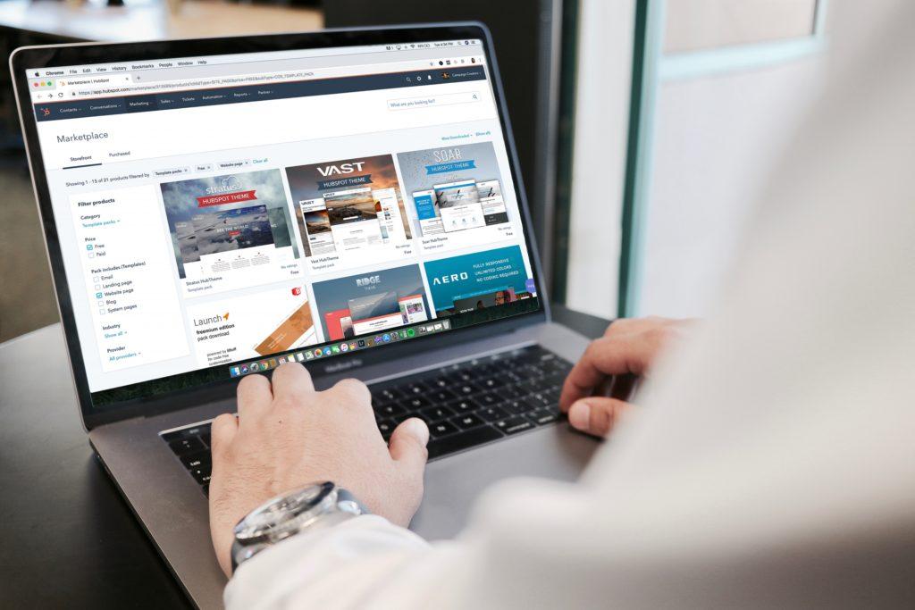 Imagem de um computador aberto com uma loja aberto