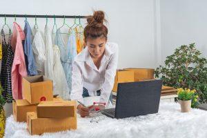 Uma mulher buscando estratégia de social selling na internet.