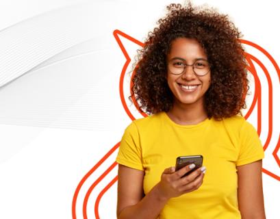 Mulher negra de óculos consultado o celular sobre a estratégia Social Selling.