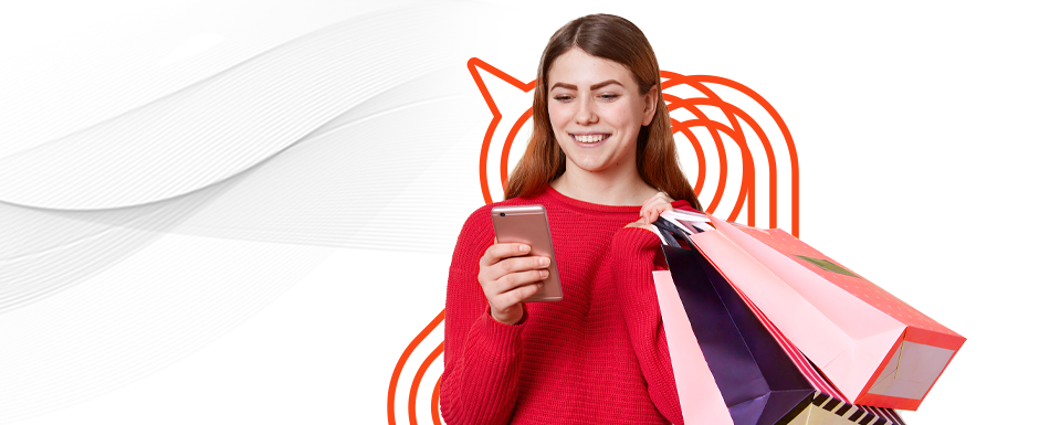 Mulher com sacolas e fazendo compra online, aproveitando o melhor da jornada do consumidor.
