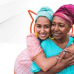 Mãe e filha negras, usando turbante se abraçando em campanha de Dia das Mães