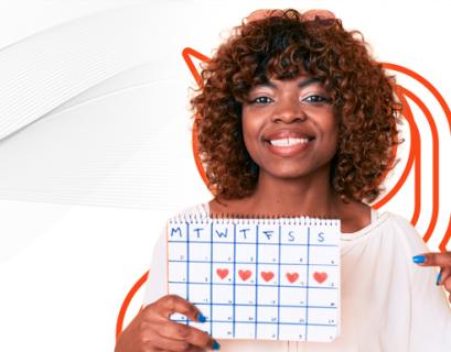 Mulher negra segurando um calendário e-commerce personalizado.
