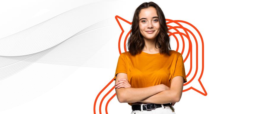Uma mulher de braços cruzados e blusa laranja confiante no mercado de trabalho.