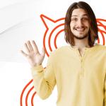 Homem vestido de bege e acenando um olá com a mão direita para as campanhas e-mail marketing em html.