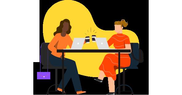 Duas mulheres brindando com café em copo térmico em frente aos seus computadores depois de compreenderem as diferenças entre benchmark ou benchmarking.