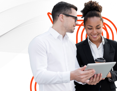 Um homem e uma mulher tirando suas dúvidas de benchmark ou benchmarking em um tablet. O homem segura o tablet e a mulher um copo de café térmico.
