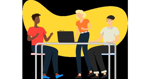 Time de marketing (dois homens e uma mulher) em frente a um computador discutindo as possibilidades do sistema CRM.